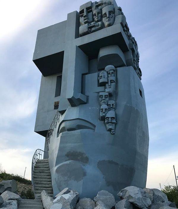 Monument goulag Magadan tour du monde Hugues Jurion