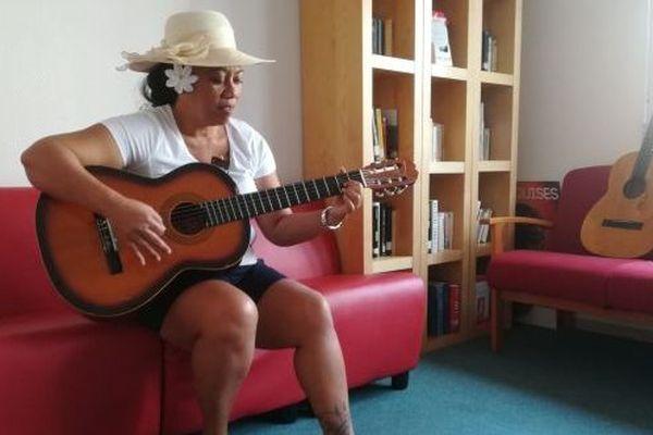 Leilah Didier joue de la guitare pour se changer les idées.