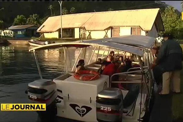 Un bateau pour bus scolaire à la presqu'île de Tahiti