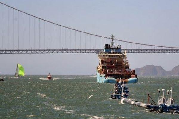 Le bateau d'Ocean Cleanup se dirige vers le Golden Gate Bridge à San Francisco (États-Unis).