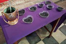 Ce sont les rameaux de la Pâques de l'année dernière qui ont été brûlés. Ce jour marque l'entrée de la communauté catholique dans un carême de 40 jours.