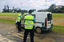 Les gendarmes de Poindimié contrôlant les attestations