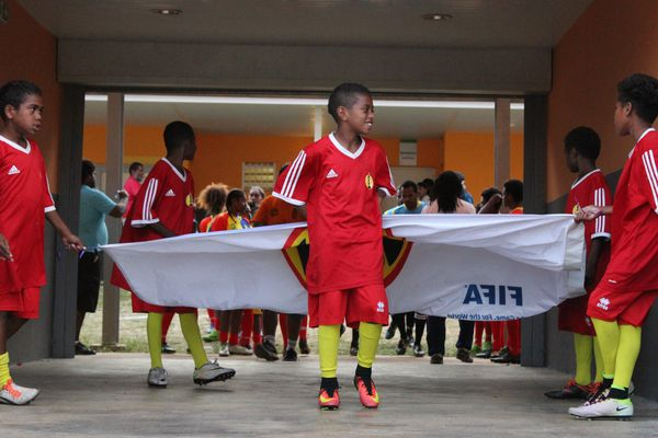 Le protocole d'avant-match des U17.