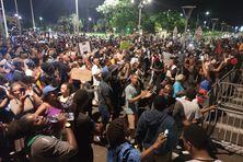 Manifestants devant la préfecture.