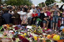 Les Sud Africans -noirs et blancs- se pressent devant la maison de Mandela à Johannesbourg pour lui rendre hommage