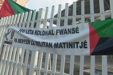 Les manifestants ont accroché cette banderole sur le portail du Palais de justice.