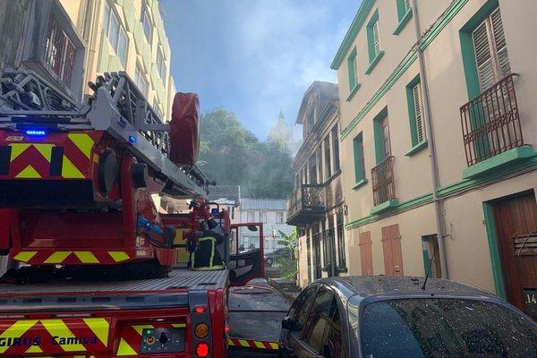 caserne de pompiers avec camion de pompiers