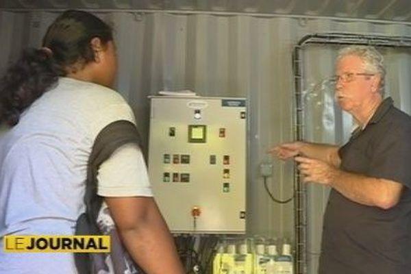élève dans unité de potabilisation de l'eau à Futuna