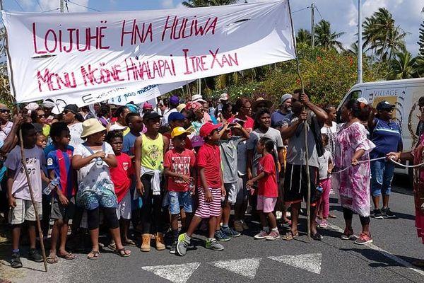 Une marche contre les dégradations de l'école de Luecila