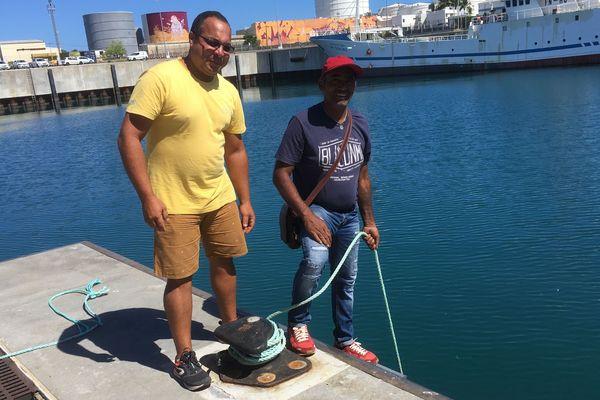 Ce mardi matin, des pêcheurs bloquent les bateaux de l'armement Enez au Port Ouest.