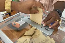 Opération de vote à la mairie de Sainte-Anne lors du 2nd tour des élections territoriales, dimanche 27 juin 2021.