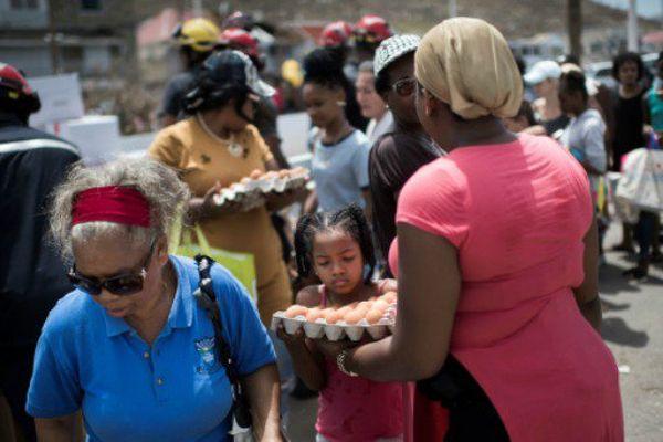 Distribution de vivres à Marigot, à Saint-Martin.