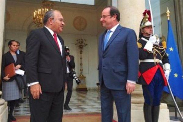 Peter O'Neill accueilli par François Hollande sur le perron de l'Élysée à Paris.