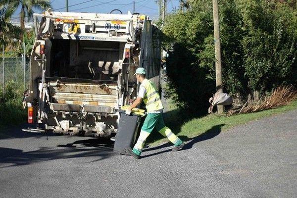 collecte des déchets ordures ménagères camion poubelle