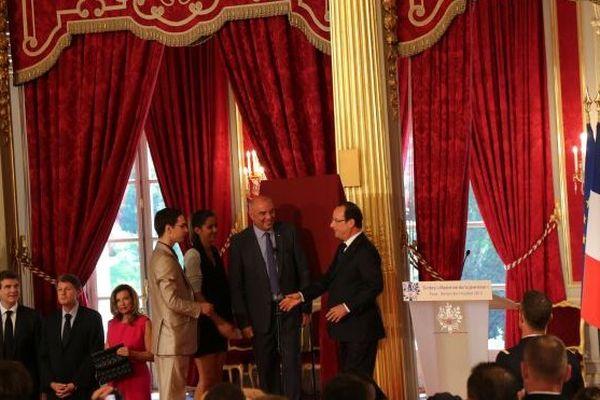 Les deux lycéens choisis pour les discours, dont Lara Vétard, Jean-Paul Bailly, PDG de La Poste, et François Hollande