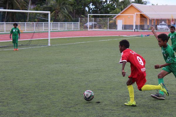 Un jeune (en rouge) du centre provincial Iles d'entraînement football à Hnassé.