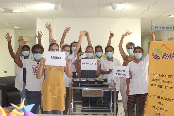 Le personnel soignant de l'EHPAD Asteria remerciant la Fondation Ravate