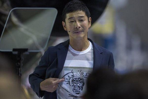 Yusaku Maezawa lors de la présentation du voyage lunaire de SpaceX