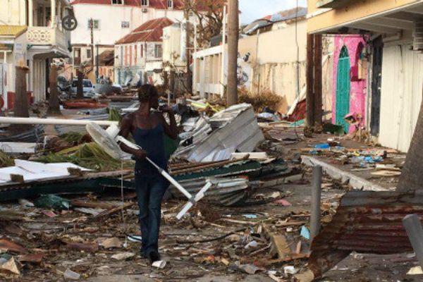 Une rue de Saint-Martin après le passage de l'ouragan Irma.