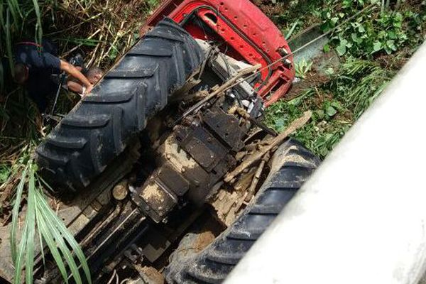 Un tracteur tombe du pont de la Boucan