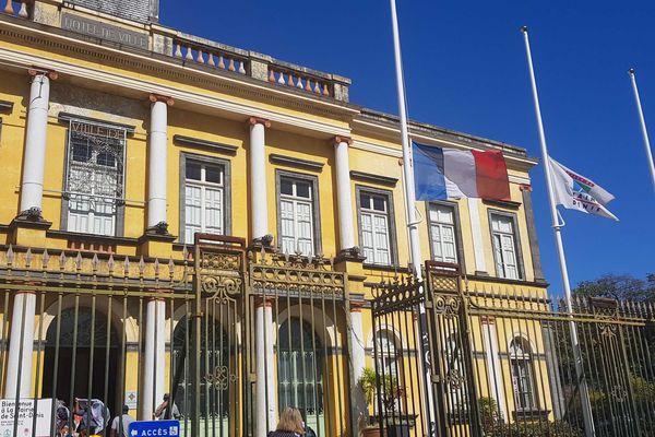 Les drapeaux sont en berne à La Réunion.