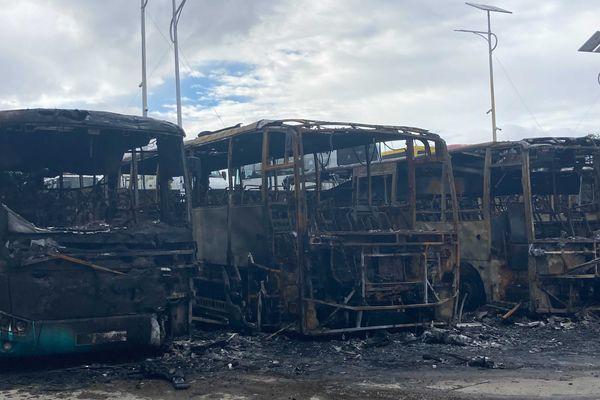 Incendie dépôt de bus à Grand Bois bus calcinés