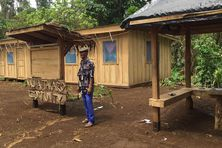 Le pasteur Henri Tari devant la maison commune construite par les habitants de Nua a Takaro.