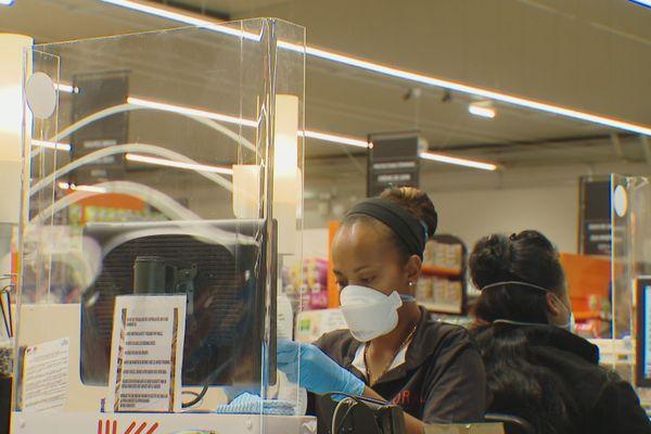coronavirus :  barrières vitrées (hygiaphones) aux caisses des supermarchés