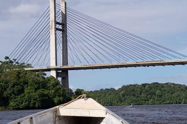 Le pont de l'Oyapock vu du fleuve