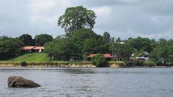 Vue de Camopi depuis le Brésil