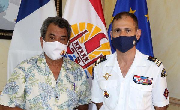 Edouard Fritch avec le commandant du RSMA