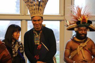Marishöri Najashi, réprésentante Ashaninka du Pérou, Puwé, représentant Puyanawa du Brésil et Mundiya Kepanga, chef traditionnel du peuple Huli