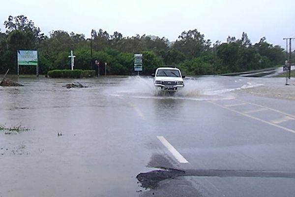 Le carrefour qui mène au golf de Dumbéa, inondé.