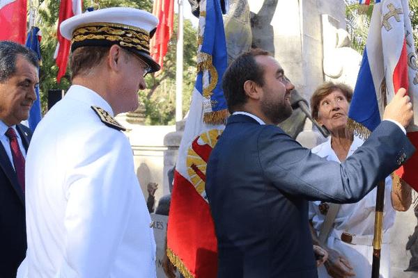 Le ministre dépose une gerbe aux monuments aux morts
