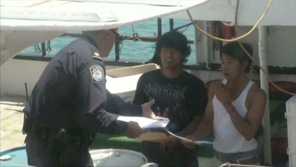 Les autorités américaines inspectent régulièrement les bateaux, mais de toute façon, exploiter des pêcheurs sans papiers est autorisé par la loi.