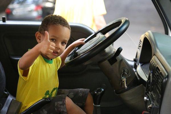 enfant brésil pouce