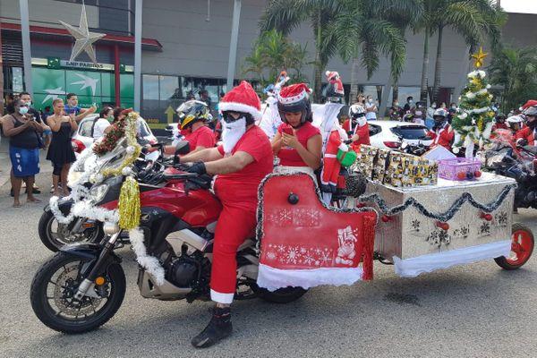 Pères Noël à Moto