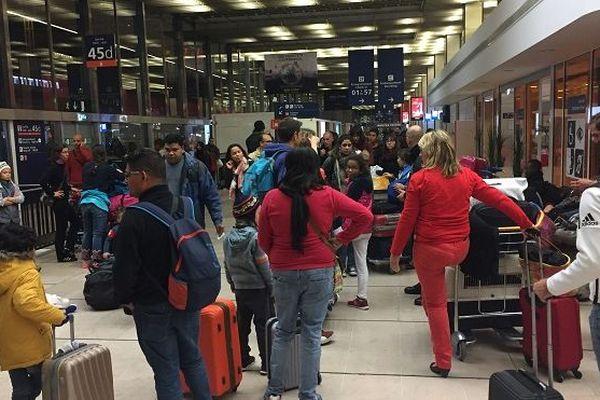 Arrivée tardive des passagers d'un vol Corsair à Paris.