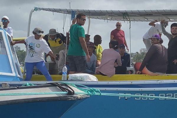 les pêcheurs de la Guadeloupe sur leur bateau