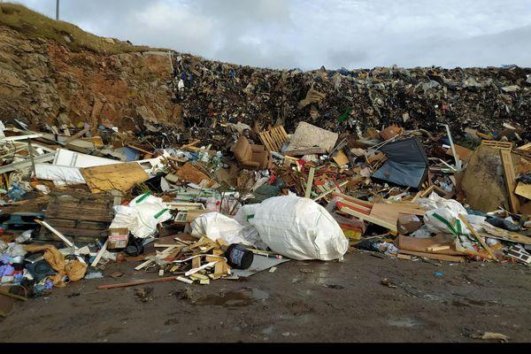 Plusieurs mètres de déchets s'amoncellent à la décharge de Miquelon-Langlade