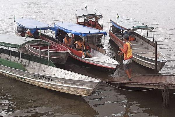 Départ de pirogue à Saint-Georges - Un piroguier brésilien s'apprête à repartir