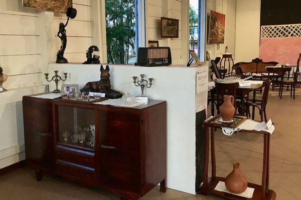 Exposition d'un intérieur créole du 20e Un buffet avec le plâtre  du chien gardien par l'association Pompadour à Matoury