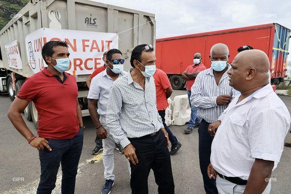 Les transporteurs bloquent à nouveau l'accès au chantier de la NRL à la sortie de Saint-Denis