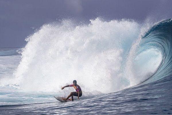 Jérémy Florès surfe la vague de Teahupoo