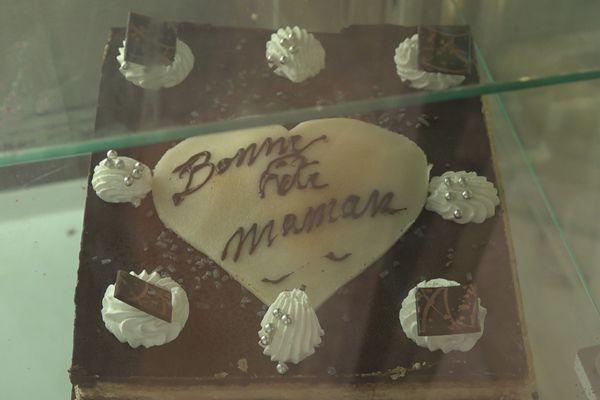 Derniers préparatifs avant la fête des mères gâteaux boulangerie pâtisserie