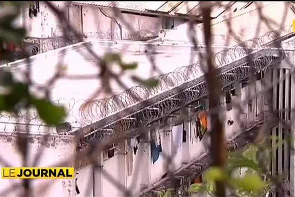 Quatre détenus sur un mur : une rébellion contre les conditions de détention
