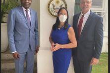 Daniel Foote, envoyé spécial des États Unis à Port au Prince (à droite) avec Joseph Lambert, président du Sénat haïtien (à gauche) et Michèle Sison, ambassadrice des américaine en Haïti.