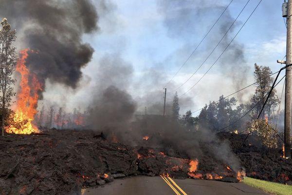 Hawaï : lave du volcan Kilauea sur la route