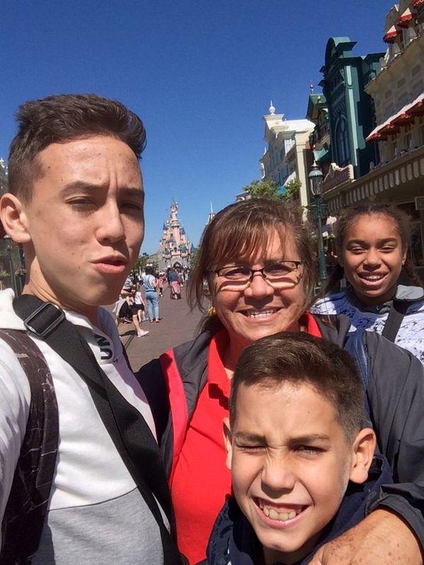 Matteo Brochard et son grand frère, Brigitte Delaveuve, et Mayana Kamodji à Dysneyland Paris.