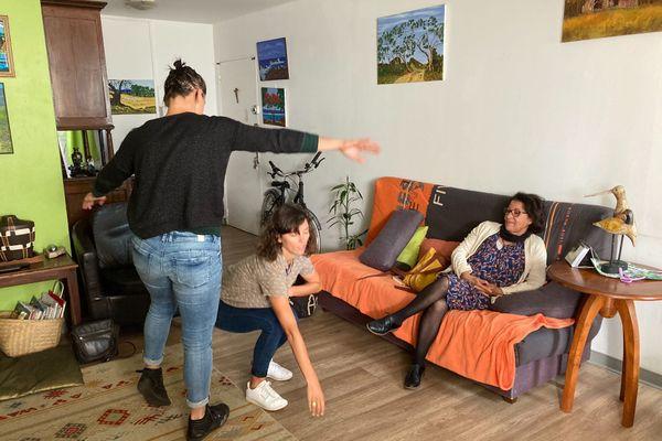 Les danseuses Sarah et Salomé ont rencontré Céline Smith, habitante au Tampon